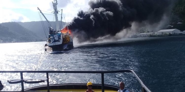 Iseula tows purse seiner Jeanette clear of the port of Pago Pago. USCG is investigating the cause of the fire and subsequent sinking. Image: Port Authority of American Samoa - @ Fiskerforum