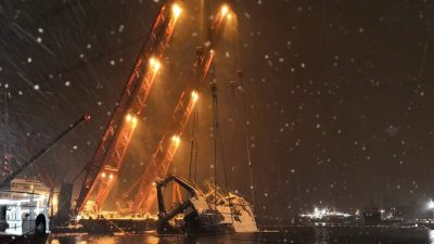 Burned-out trawler lifted in Tromsø harbour